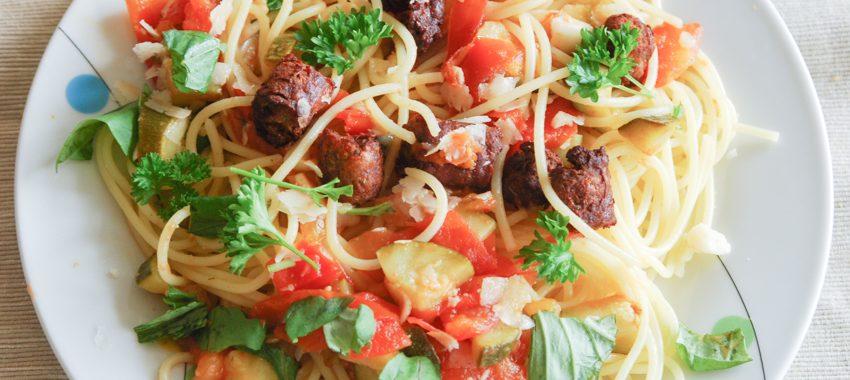 Bunte Spaghetti  mit knusprigen Fleischbällchen