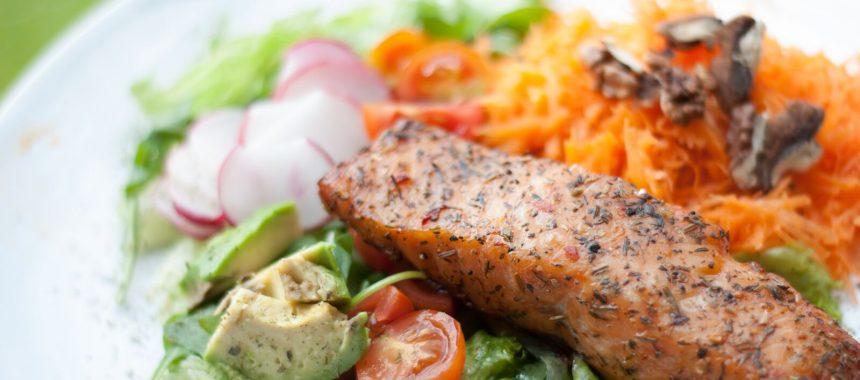 Salat mit gebratenem Lachs