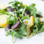Wildkräuter-Erdäpfel-Salat mit steirischen Käferbohnen
